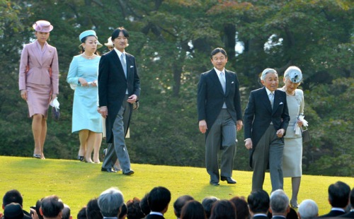 Japan's Emperor Akihito, Empress Michiko and the Imperial family members walk to crowd guests during the annual autumn garden party in Tokyo