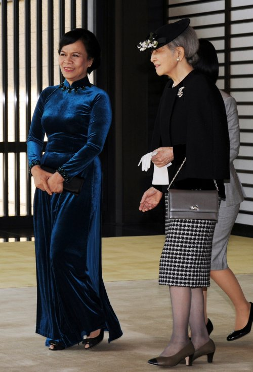 Vietnam's first lady Thi Hanh walks next to Japan's Empress Michiko during a welcoming ceremony at the Imperial palace in Tokyo