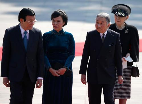 Vietnam's President Truong Tan Sang, his wife Mai Thi Hanh, Japan's Emperor Akihito and Empress Michiko attend a welcoming ceremony in Tokyo