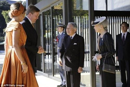 1414577975231_wps_19_Japan_s_Emperor_Akihito_C