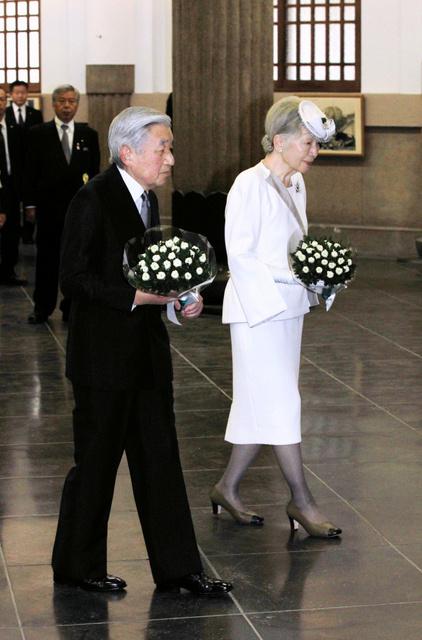 Японский монарх поминает жертв американских бомбандировок