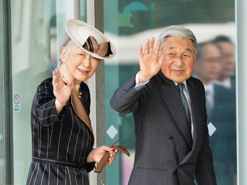 富山県立イタイイタイ病資料館を訪れ、集まった人たちに手を振られる天皇、皇后両陛下=富山市で2015年10月24日午後2時23分、加古信志撮影